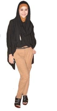Zaskia Adya Mecca Hijab Hitam dan Celana Cokelat