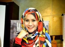 Zaskia-hijab berwarna terang