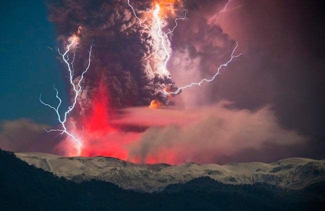 gunung Cordón Caulle di Chili meletus