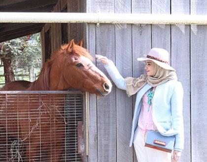 Padu Padan Hijab Saat Ke Eropa Ala Zaskia Sungkar Athisa88