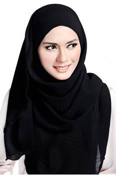 Inspirasi Paduan Warna Hijab Serba Hitam ala Zaskia Adya