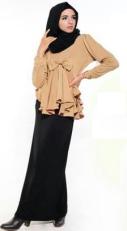 Hijab Hitam dan Bawahan Cokelat